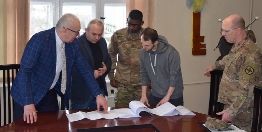 Niedawno burmistrz Lesław Hołownia (z lewej) spotkał się z przedstawicielami wojsk armii Stanów Zjednoczonych. Jednym z tematów spotkania była właśnie