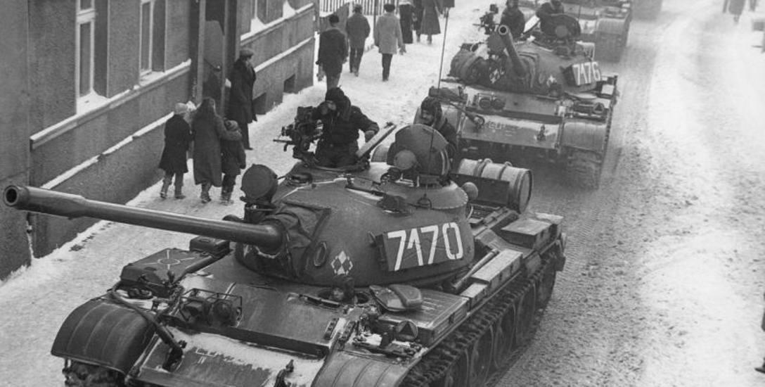 Czołgi na ulicach polskich miast - symbol wprowadzonego 13 grudnia 1981 roku stanu wojennego