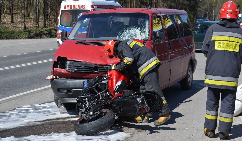 Film do artykułu: Wypadek w Starachowicach. Motocyklista z Ostrowca zginął w zderzeniu z busem