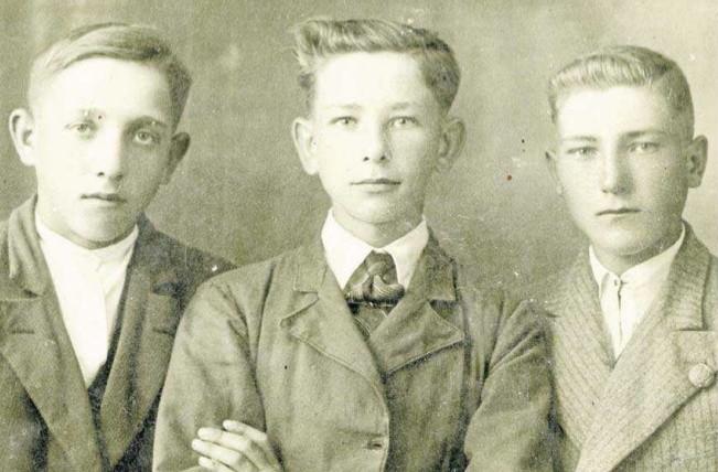 Marian Gładysz (w środku) wraz z kolegami ze szkoły niedługo przed wywiezieniem do obozu pracy