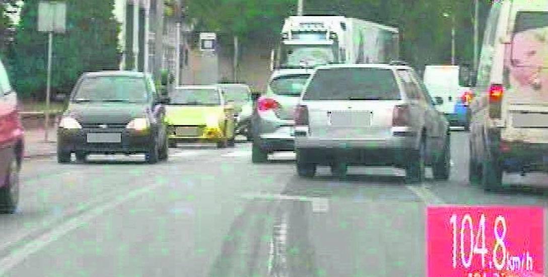 Kierowca tego volkswagena passata uciekał strzeleckim policjantom przez około 10 kilometrów, popełniając blisko 30 wykroczeń, m.in. w terenie zabudowanym