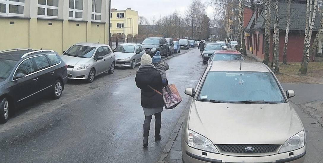 Mieszkańcy ulicy Królowej Jadwigi wreszcie doczekali się uregulowania organizacji ruchu na łączniku między ich ulicą a ulicą Sobieskiego. Niebawem pojawią