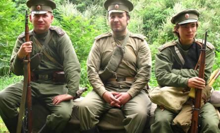 Członkowie grup rekonstrukcyjnych wyglądali bardzo realistycznie w swoich mundurach.