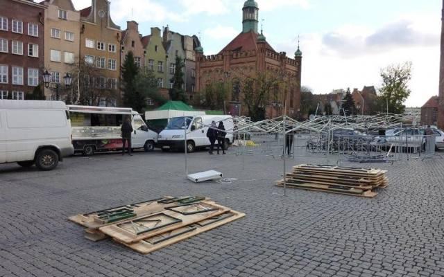 Zniszczone stoiska na Jarmarku św. Marcina w Gdańsku