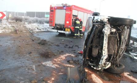 Wypadek w Cedzynie koło Kielc. Dostawczy bus dosłownie przeleciał nad rondem, dwie osoby ranne