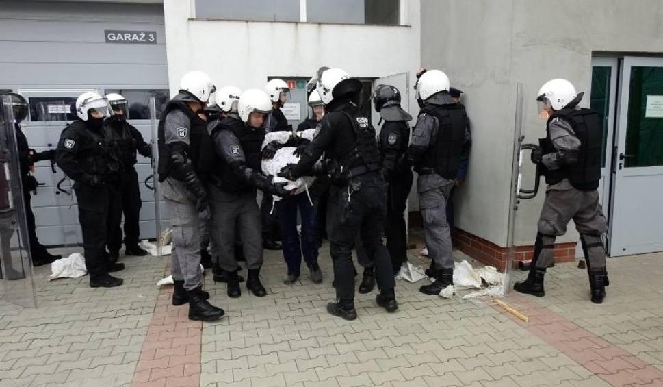 Film do artykułu: Ćwiczenia służb mundurowych w Zakładzie Karnym w Kwidzynie. Pożar, bunt i ewakuacja- strażacy, policjanci i służba więzienna w akcji [wideo]