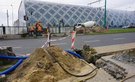 Powstaje brakująca część przejścia dla pieszych przez ul. Matyi, obok dworca głównego w Poznaniu