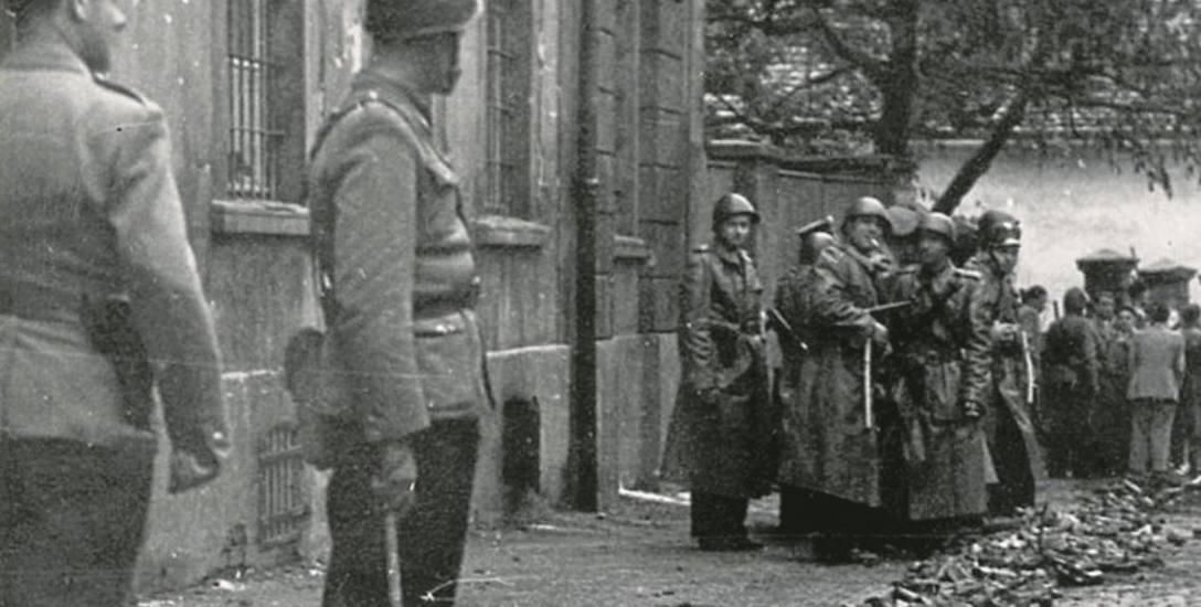 MIlicjanci i posiłki ZOMO z Gorzowa i Poznania. Oni bronili władzy