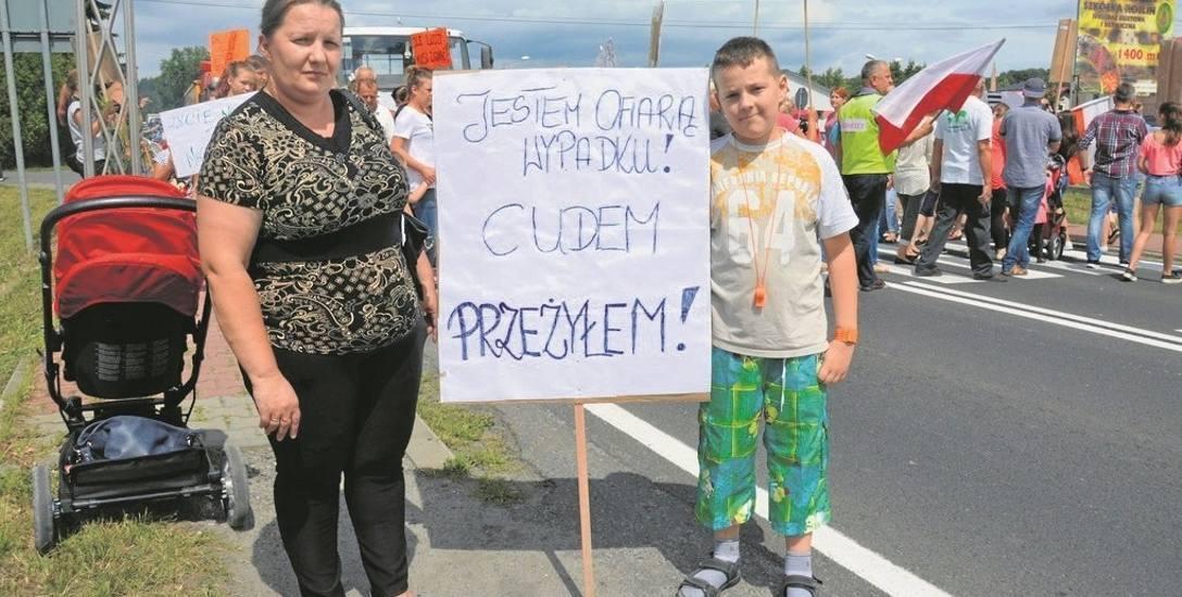 Janek Brzeski w ubiegłym roku został potrącony na przejściu w Uszwi. Teraz razem z mamą protestuje.