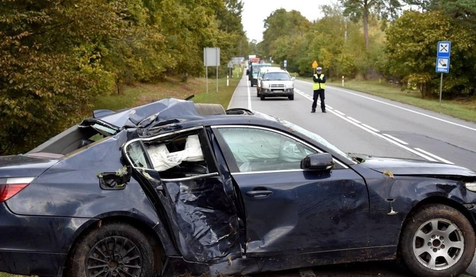 Film do artykułu: Śmiertelny wypadek w Szpęgawsku 4.10.2018. Na drodze krajowej nr 22 samochód uderzył w drzewo. Zginął 27-letni pasażer bmw [zdjęcia, wideo]