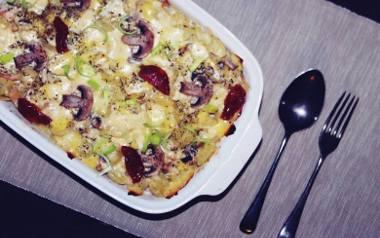 Zapiekanka makaronowa z kurczakiem, serem i pieczarkami.