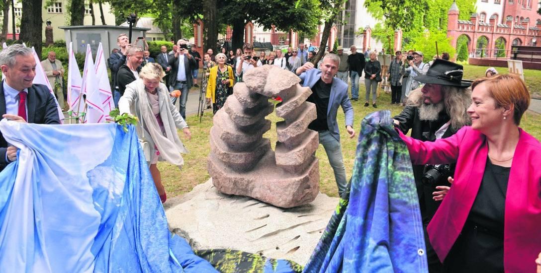 Pomnik przyjechał do Słupska z Berlina. Miasto otrzymało go w darowiźnie. Słupszczanie pokryli jedynie koszty transportu i posadowienia. Słupski ratusz