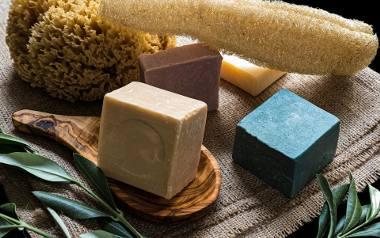 Mydło naturalne to produkt myjący, który powinien mieć jak najkrótszą listę składników (pożądanym wyjątkiem są dodatki takie jak wyciągi roślinne, olejki