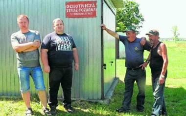 Strażakom ochotnikom z Drogoszewa nie brakuje zapału do gaszenia pożarów. Brakuje za to odpowiedniego sprzętu czy mundurów. A za remizę służy im... blaszany