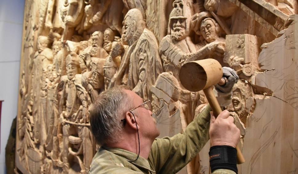 """Film do artykułu: Był wielki """"Grunwald"""", a teraz zielonogórski rzeźbiarz Jan Papina tworzy kolejną monumentalną rzeźbę – """"Batory pod Pskowem"""""""