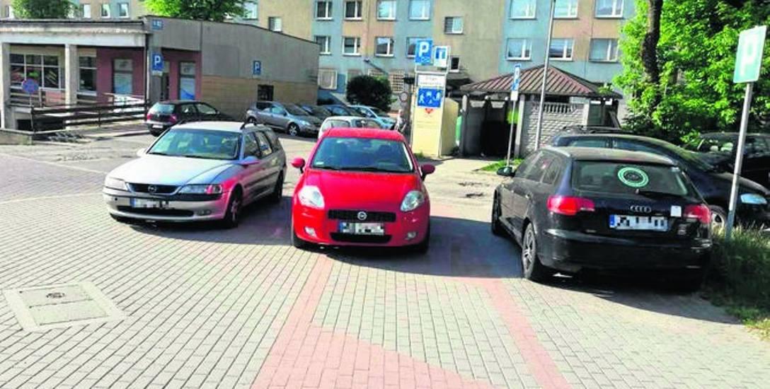 Tak zaparkowali kierowcy na chodniku przy al. 3 Maja
