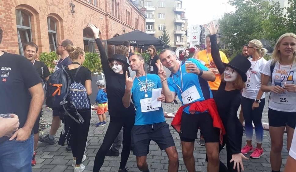 Film do artykułu: Piwna Mila w Poznaniu, czyli drugie urodziny Ułan Browaru uczcili biegiem po uliczkach City parku [ZDJĘCIA]