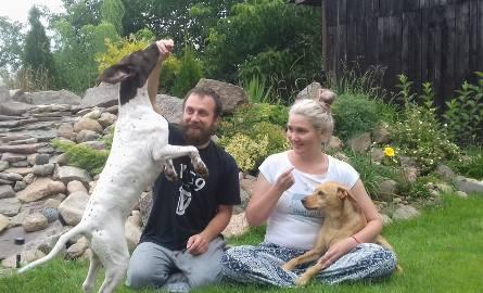 Ada i Leszek zrezygnowali z wakacji, by ratować bezdomnego psa