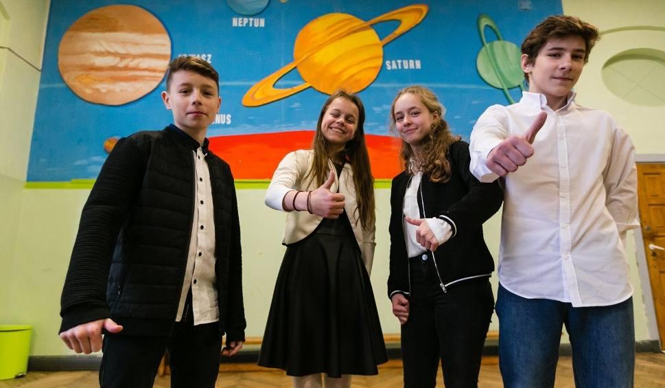 Film do artykułu: Egzamin ósmoklasisty 2018: ODPOWIEDZI. Wrażenia uczniów [sugerowane odpowiedzi, arkusze] (21.12.2018)