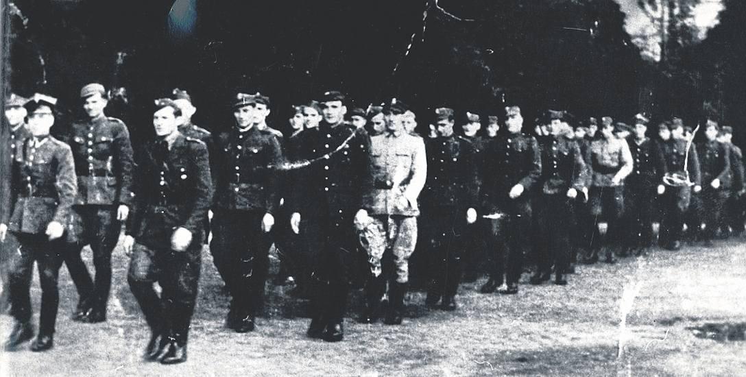 Wspólny przemarsz funkcjonariuszy Urzędu Bezpieczeństwa i Milicji Obywatelskiej, Gdańsk 1945 r.