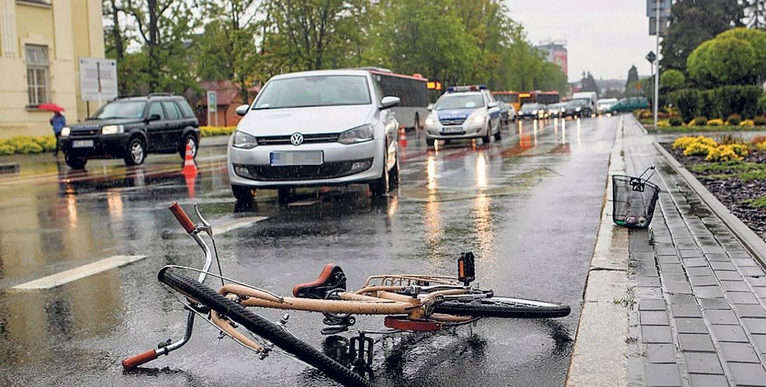 W każdej kolizji roweru i samochodu, zawsze to rowerzysta jest znacznie bardziej poszkodowany. Nie zawsze jednak winny jest kierowca samochodu