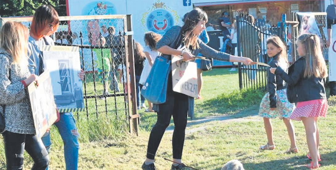 Protest przeciwko cyrkowi ze zwierzętami prowadziło kilka osób. Trwał pół godziny i ograniczył się do rozdawania ulotek