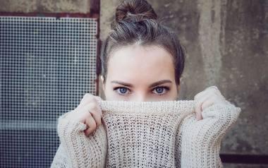 Jesienią w modzie królują przede wszystkim swetry. W jakich zestawieniach z innymi ubraniami je nosić, żeby dobrze wyglądać? Zobacz naszą galerię z ciekawymi