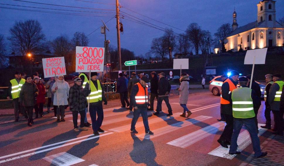 Film do artykułu: Wojna o drogę 763 Morawica - Chęciny. Mieszkańcy Brzezin rozpoczynają protest! Żądają obwodnicy, mają dość obietnic bez pokrycia (WIDEO)