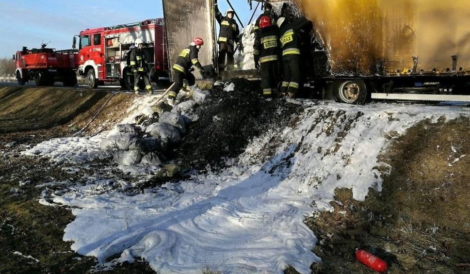 Film do artykułu: Powiat ostrowski. Pożar przyczepy samochodu ciężarowego. W środku węgiel drzewny [ZDJĘCIA]