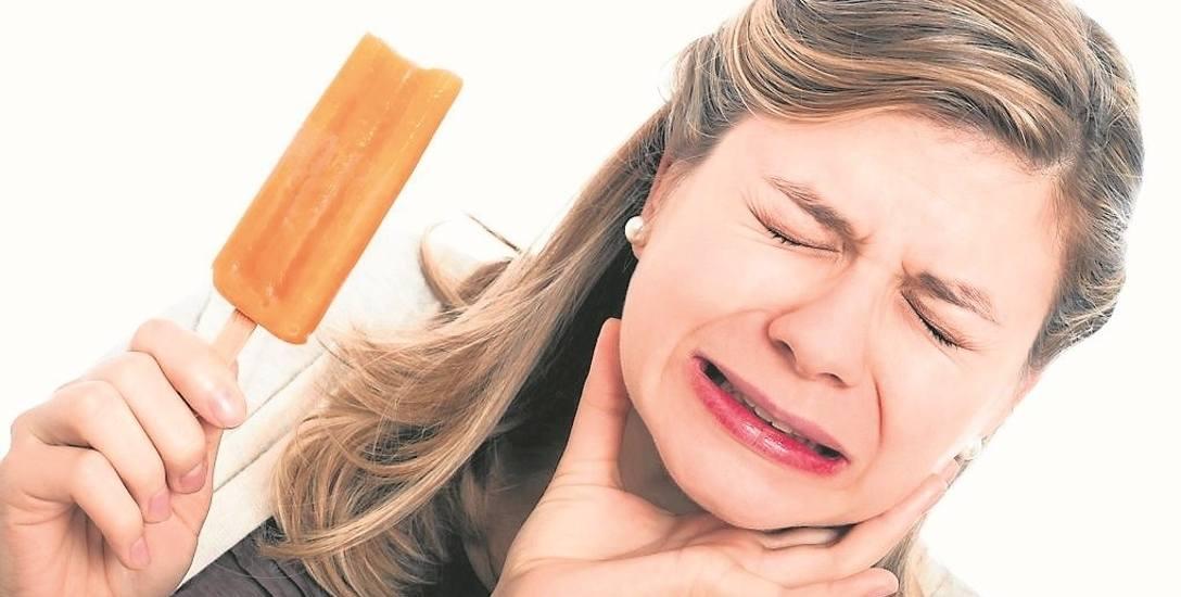 Zęby mogą boleć, kiedy jemy coś zimnego lub gorącego . Dlatego należy unikać lodów i ciepłych napojów