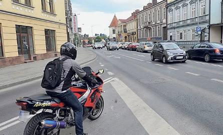 Wyjazd z ul. Zamkowej jest bardzo trudny, ponieważ kierowcy jadący ul. Lisa-Kuli nie zostawiają na to miejsca.