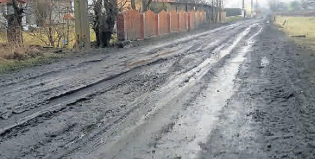 Mieszkańcy Gostkowa w gm. Główczyce mają wielki kłopot z jazdą  po żużlowej drodze, która wymaga naprawy.