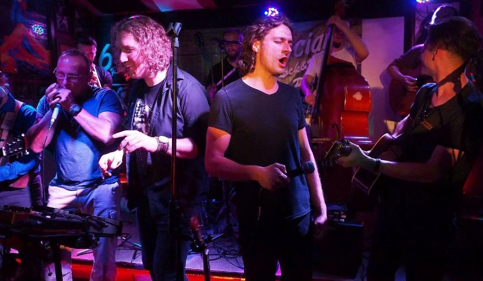 Film do artykułu: Pub 6-ścian. Kraków Street Band zagrał z białostoczanami (zdjęcia, wideo)
