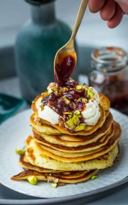 Pancakes z mascarpone, pistacjami i sosem różano-śliwkowym.