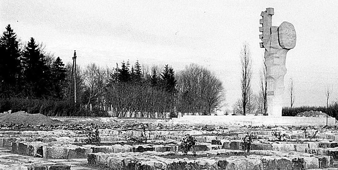 Cmentarz wojenny w południowej części miasta (otwarty w 1945 r. na powierzchni ok. 1,2 ha) podczas finalizowania prac remontowych w 1969 roku (fot. autor
