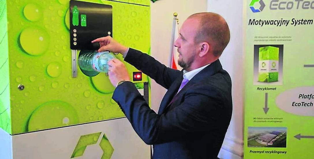Automaty, które mają zmotywować do segregacji odpadów, stanęły m.in. w Wieluniu. W zamian za wrzucenie plastikowej butelki, otrzymuje się paragon uprawniający