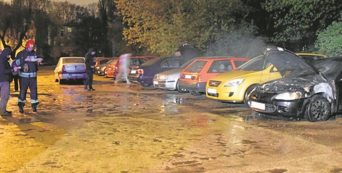 Kto podłożył ogień  pod samochody?