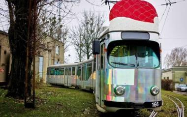 To jeden z dwóch mikołajkowych tramwajów, które będą dziś jeździć po Łodzi.