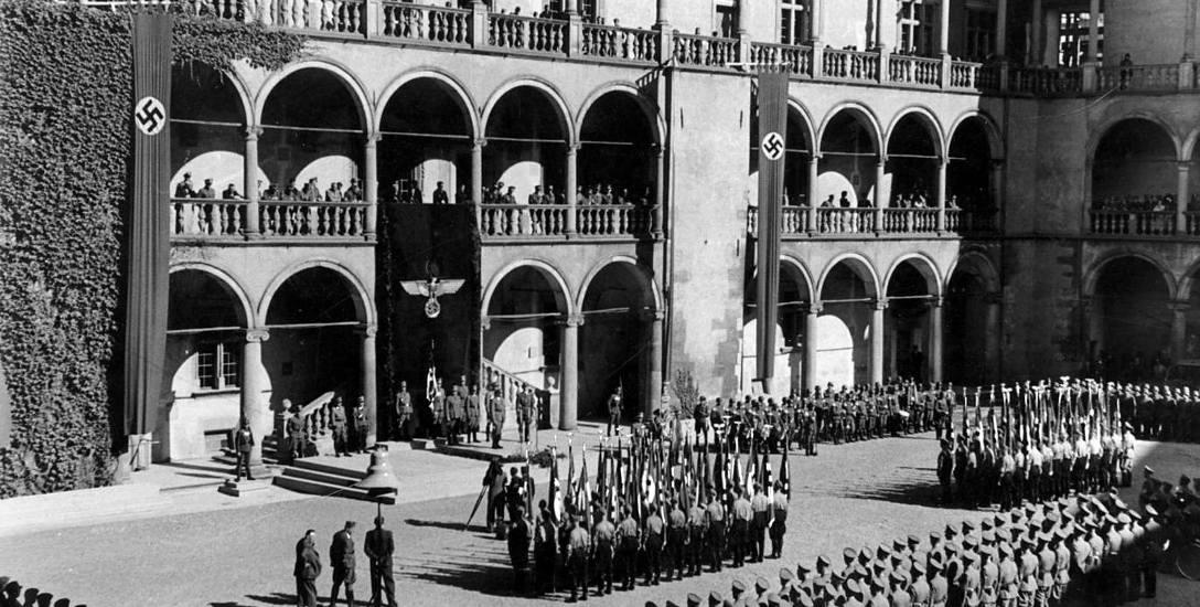 Uroczystości z okazji Dnia NSDAP na dziedzińcu Wawelu, siedziby Hansa Franka