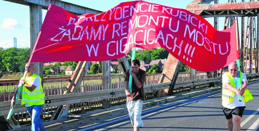 Mieszkańcy Cigacic znów blokowali stary most. Domagają się remontu