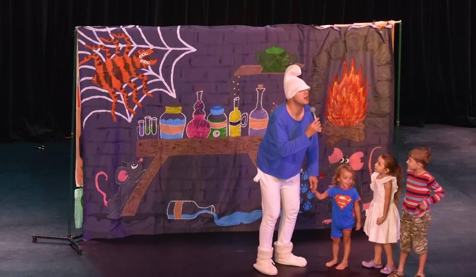 Film do artykułu: Kozienice. Dzieci świetnie bawiły się ze Smerfami na Poranku Teatralnym