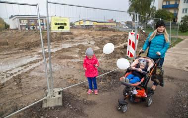 Pani Marzena Bezubik (na zdjęciu z synem Kamilem i córką Mileną) przyznaje, że budowa trasy bardzo utrudnia życie. Żeby gdziekolwiek się dostać, trzeba