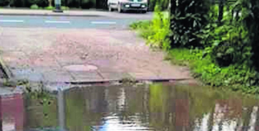 Prezes Przedsiębiorstwa Gospodarki Mieszkaniowej zapowiada, że studzienka na drodze dojazdowej zostanie obniżona. Dzięki temu będzie zbierać deszczó