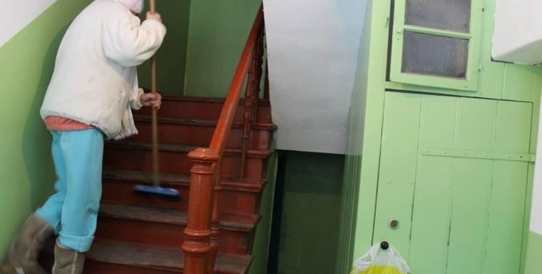 Większość dłużników wykonuje drobne prace porządkowe, na przykład sprząta klatki schodowe. Z kolei w Brzegu kieruje się ich do sprzątania cmentarza,
