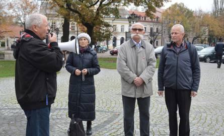 Krucjata różańcowa pod papieskim pomnikiem w Łowiczu [Zdjęcia]