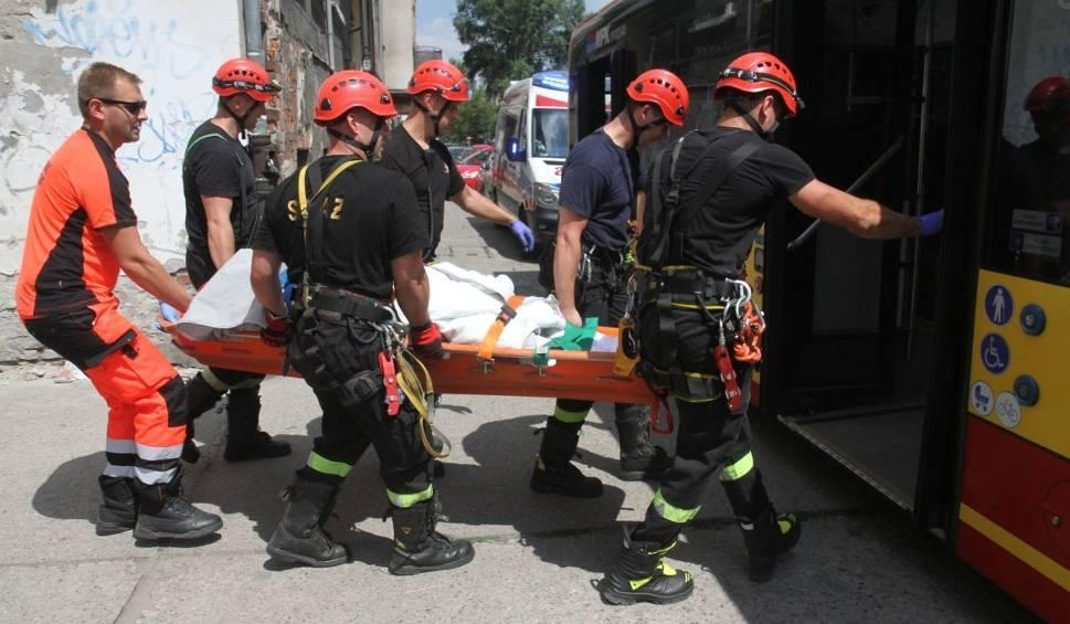 Film do artykułu: Otyła pacjentka nie zmieściła się do karetki. Z mieszkania wyciągali ją strażacy, do szpitala zawiózł autobus [ZDJĘCIA]