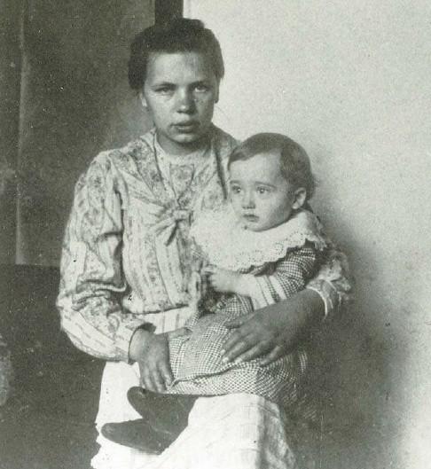 Mały Tadeusz Kantor z nianią na plebanii w Wielopolu