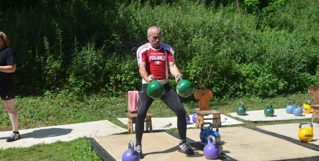 Andrzej Michałowski trenuje nie tylko w swojej siłowni, ale i przed położoną w samym sercu Puszczy Bydgoskiej leśniczówką