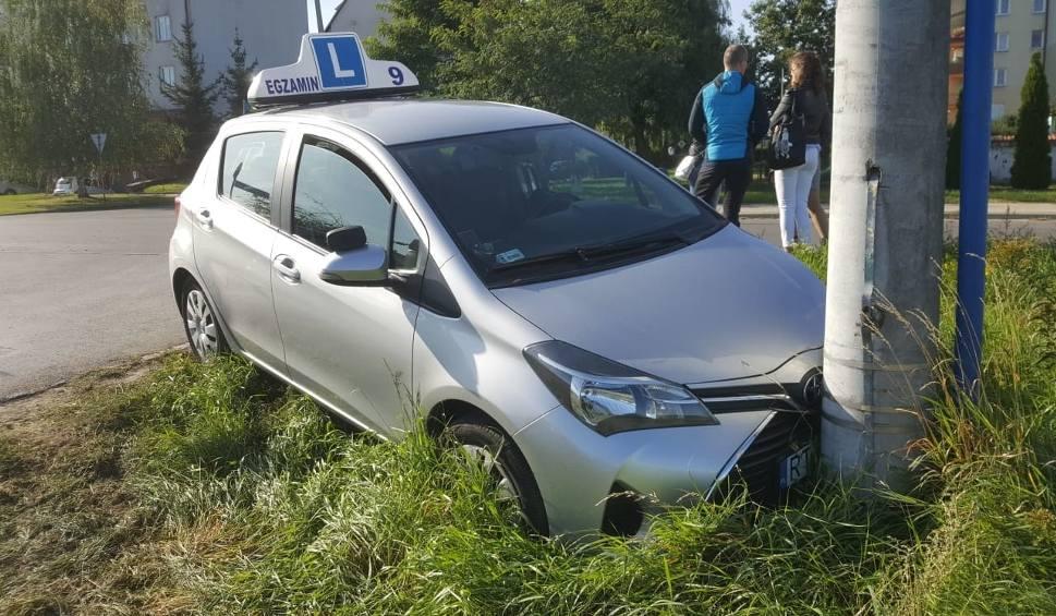 """Film do artykułu: Wypadek podczas egzaminu na prawo jazdy w Tarnobrzegu. Kobieta kierująca """"elką"""" została przewieziona do szpitala [ZDJĘCIA]"""