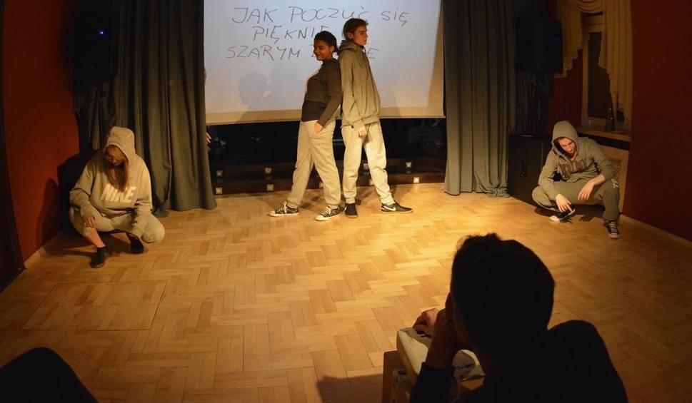 """Film do artykułu: """"Podróż - kierunek Teatr"""" kształci młodych entuzjastów sztuki teatralnej! Kolejny udany spektakl w Zameczku"""